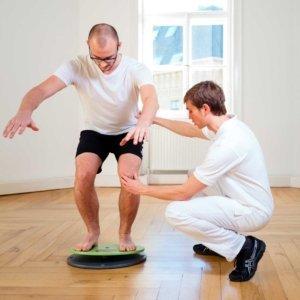 Stabilität und Gleichgewicht trainieren. Prävention und Rehabilitation bei Kinemedic - Praxis für physikalische, orthopädische und rehabilitative Medizin.