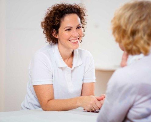 Patientengespräch, Aufklärung und Beratung bei Kinemedic - Praxis für physikalische und rehabilitative Medizin