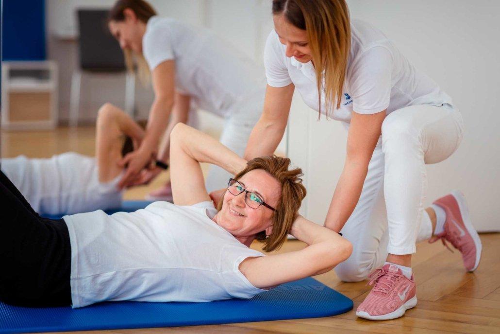 Physiotherapie in der Gruppe bei Kinemedic - Praxis für physikalische, orthopädische und rehabilitative Medizin.