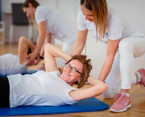 Fitness für ältere Menschen bei Kinemedic, Praxis für physikalische, orthopädische und rehabilitative Medizin.