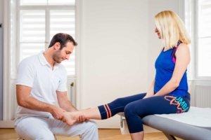 Orthopädische Untersuchung bei Kinemedic - Praxis für physikalische, orthopädische und rehabilitative Medizin.